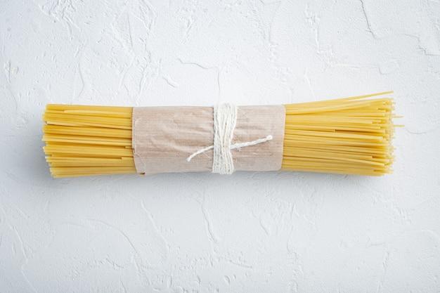 Zestaw surowego spaghetti, na białym tle