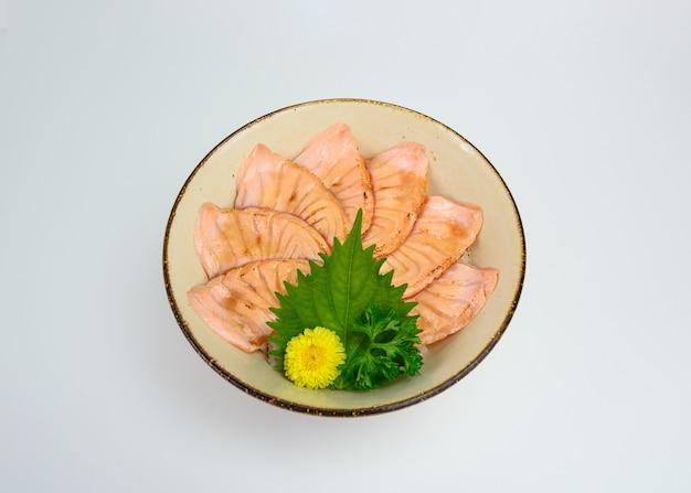 Zestaw surowego wędzonego łososia w plasterkach donburi z japońskim ryżem