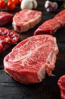 Zestaw surowej wołowiny w alternatywnych kawałkach