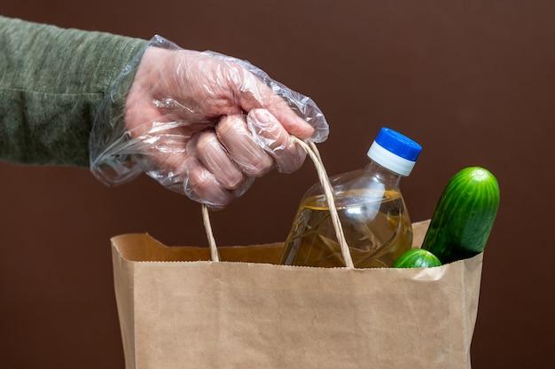 Zestaw surowych zbóż, ziaren, makaronu i żywności w puszkach na białym stole. skopiuj miejsce, leżał płasko. kryzysowy zapas żywności dla okresu izolacji kwarantanny koronawirusa. dostawa żywności, darowizna