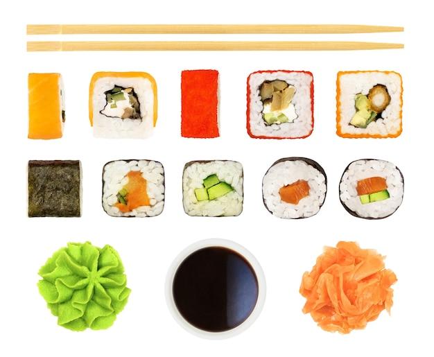 Zestaw sushi, bułki, sos sojowy, pałeczki itp. na białym tle