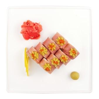 Zestaw sushi dla dużej firmy, bułki, california, filadelfia z sosem lawowym, imbirem i wasabi, białe na białym tle, widok z góry