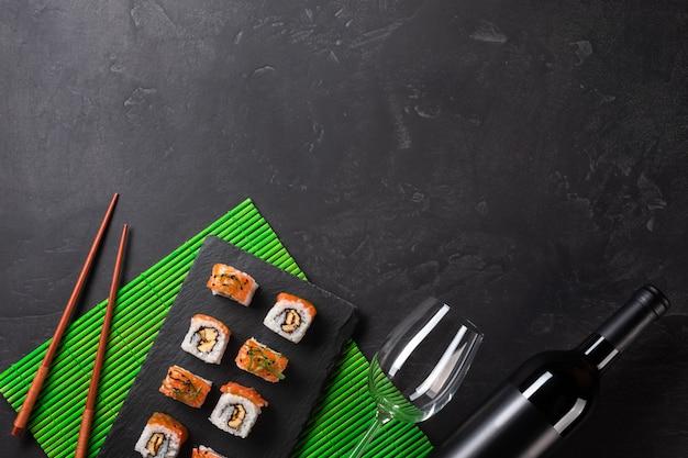 Zestaw sushi i maki na kamiennym stole. widok z góry z miejsca na kopię
