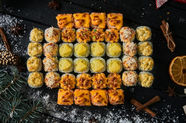 Zestaw sushi i rolka sushi na desce.