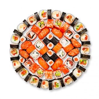 Zestaw sushi, maki, gunkan i rolki na białym tle w kolorze białym