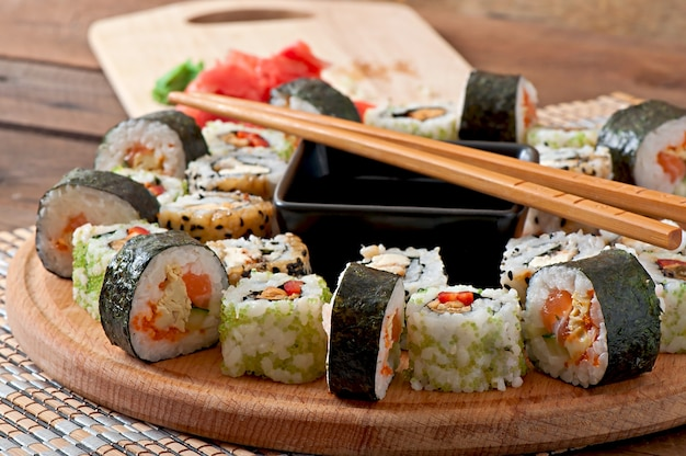 Zestaw sushi na desce