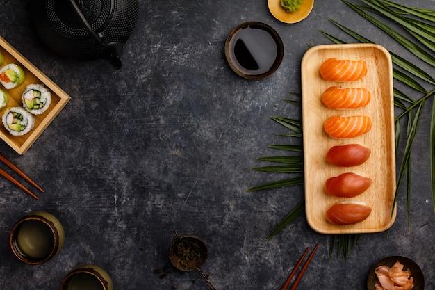 Zestaw sushi nigiri z łososiem i tuńczykiem podany na bambusowym talerzu