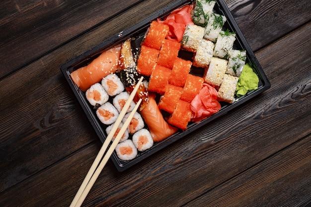 Zestaw sushi pałeczki posiłek jedzenie restauracji dania kuchni japońskiej