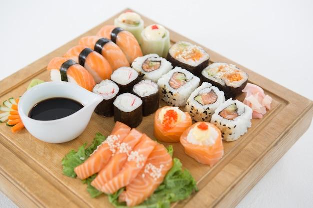 Zestaw sushi podawany na drewnianej tacy