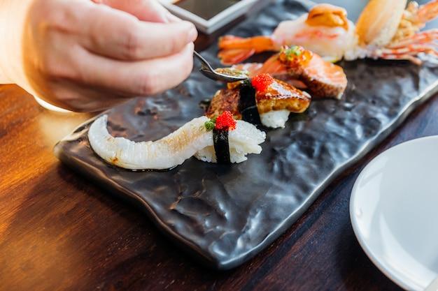 Zestaw sushi premium zawiera głęboko smażone krewetki z jeżowcem