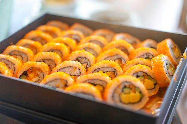 Zestaw sushi roll gotowy do jedzenia w japońskiej restauracji.
