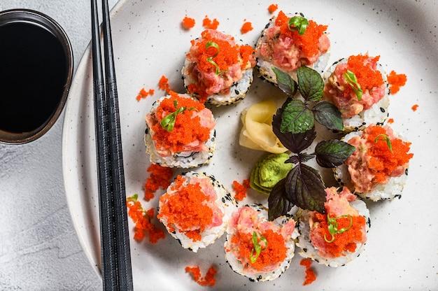 Zestaw sushi roll z awokado, tuńczykiem, łososiem i kawiorem