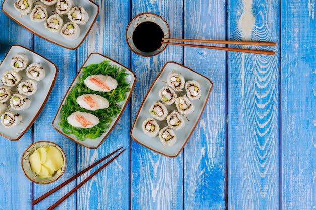 Zestaw sushi roll z sosem sojowym, imbirem i chopstick