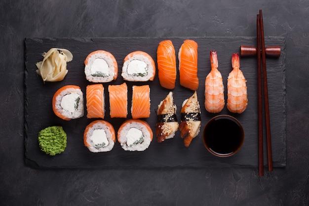 Zestaw sushi sashimi z łososiem, krewetkami, węgorzem.
