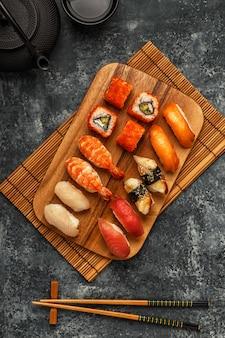 Zestaw sushi: sushi i rolki sushi na drewnianym talerzu.