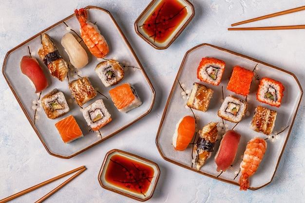 Zestaw sushi: sushi i rolki sushi na talerzu.