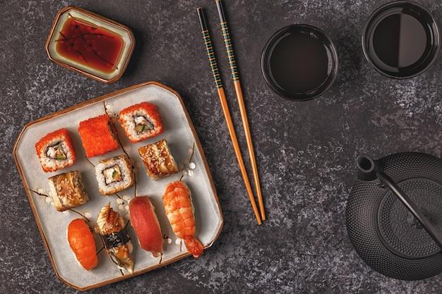Zestaw sushi: sushi i sushi na talerzu