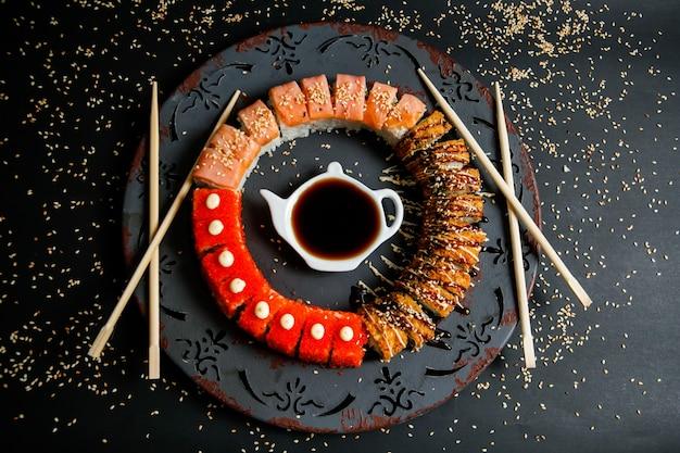 Zestaw sushi z awokado, łososiem, krabem, sezamem i sosem sojowym