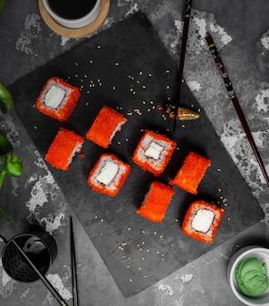 Zestaw sushi z czerwonym kawiorem na widok blatu