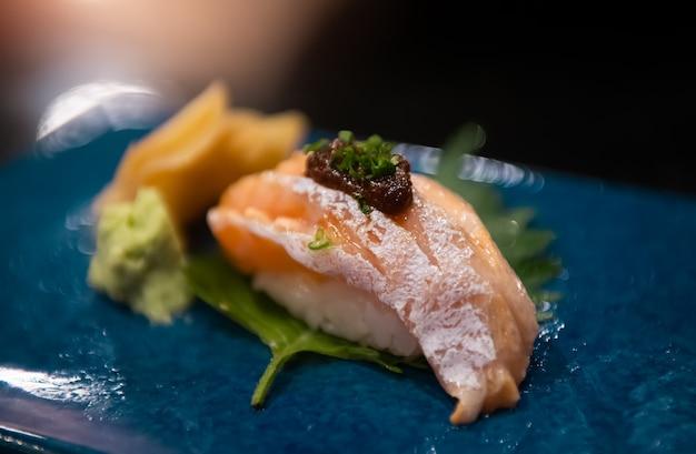 Zestaw sushi z łososiem.
