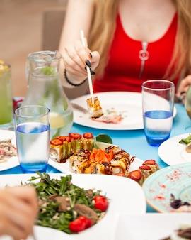 Zestaw sushi z ryżem i warzywami