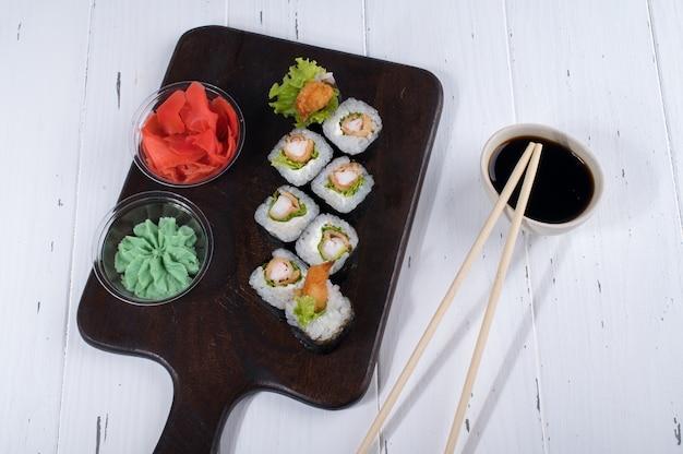 Zestaw sushi z surówką i smażonymi krewetkami