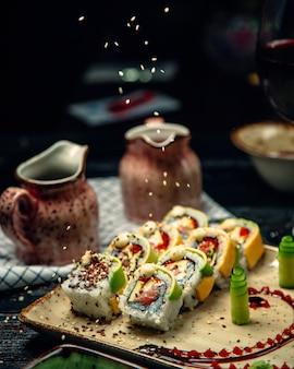 Zestaw sushi z wasabi i imbirem zwieńczony sezamem
