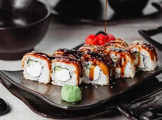 Zestaw sushi ze śmietaną i sosem
