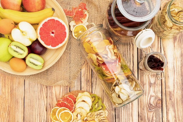 Zestaw suszonych owoców i świeżych owoców