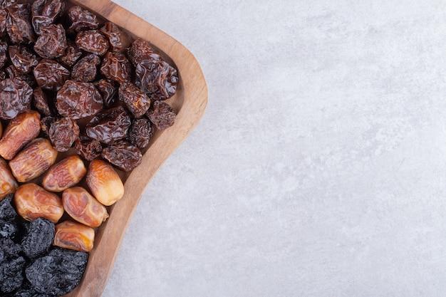Zestaw suszonych owoców na drewnianym półmisku