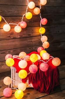 Zestaw świąteczny. ciepły koc, sweter, skarpetki, garaż garb na drewniane