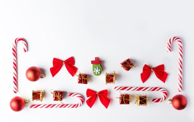 Zestaw świąteczny z pudełkami, kulkami i trzciną cukrową. tradycyjne dekoracje.