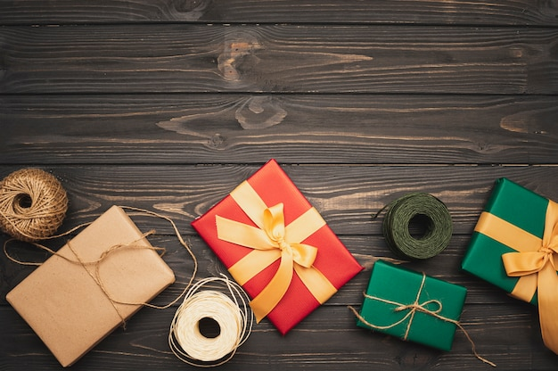 Zestaw świątecznych prezentów ze wstążką i sznurkiem