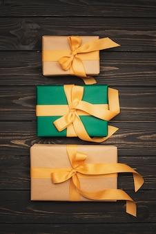 Zestaw świątecznych prezentów ze złotą wstążką