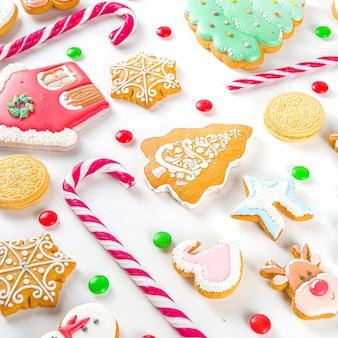 Zestaw świątecznych słodyczy. różne świąteczne słodycze świąteczne, tradycyjne słodycze i ciasteczka. flatlay z cukierkami z trzciny cukrowej, piernikami, słodyczami, prostym wzorem z góry