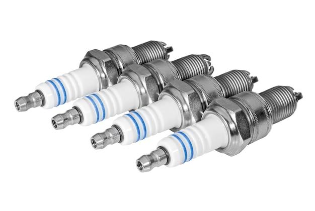 Zestaw świec zapłonowych samochodowych na białym tle części samochodowe i serwis