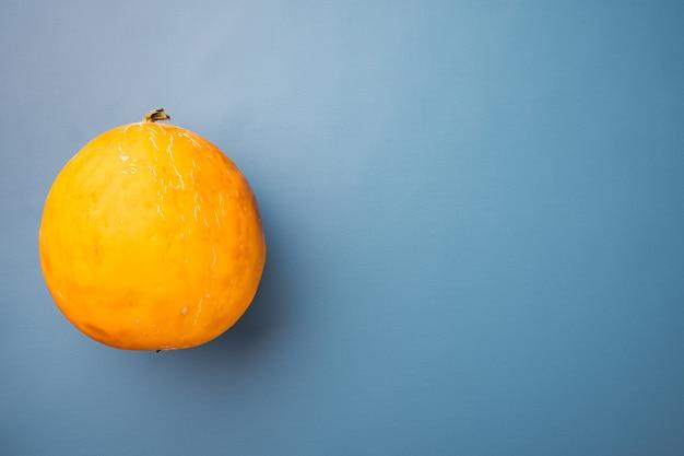 Zestaw świeżego melona, na niebieskim tle z teksturą lato, z miejscem na tekst