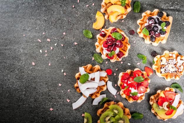 Zestaw świeżych belgijskich miękkich wafli z różnymi dodatkami