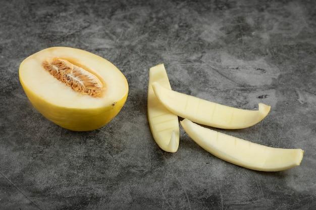 Zestaw świeżych słodkich melona umieszczony na marmurowej powierzchni.