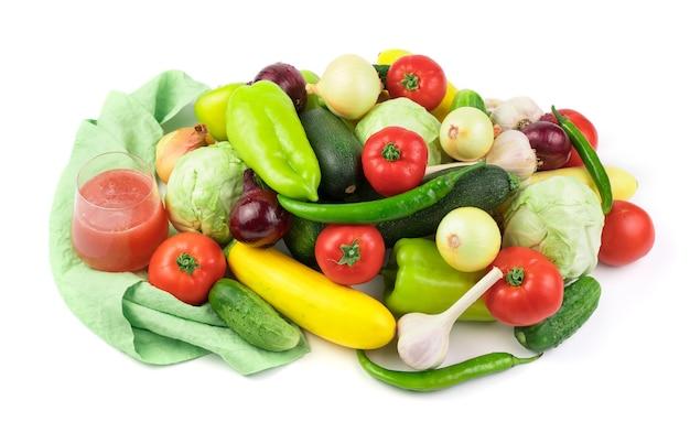 Zestaw świeżych warzyw w dużym asortymencie, szklanka soku warzywnego