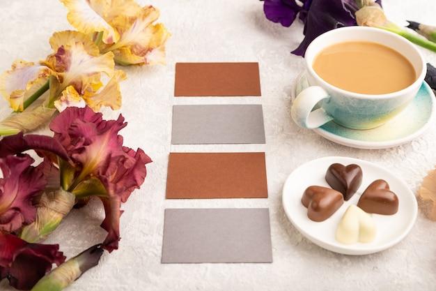 Zestaw szaro-brązowych wizytówek z kawowo-czekoladowymi cukierkami fioletowym i bordowym przepływem tęczówki