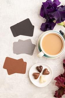 Zestaw szarych czarnych brązowych wizytówek filiżanka kawy czekoladowe cukierki fioletowe i bordowe