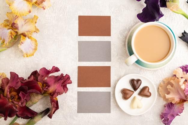 Zestaw szarych i brązowych wizytówek filiżanka kawy czekoladowych cukierków fioletowy i bordowy irys