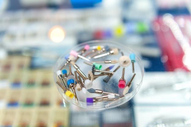 Zestaw szczoteczek stomatologicznych do polerowania wypełnień. medyczne narzędzia stomatologiczne w gabinecie stomatologicznym