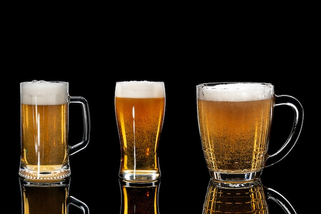Zestaw szklanki piwa na czarnym tle