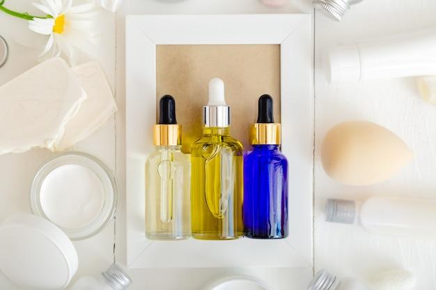 Zestaw szklanych butelek z kroplomierzem do serum. kosmetyk pielęgnacyjny do pielęgnacji włosów do pielęgnacji twarzy. różne rodzaje olejków i serum
