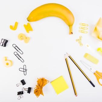 Zestaw szkolnych artykułów piśmiennych i soczystych owoców