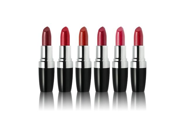 Zestaw szminki w różnych odcieniach na białym tle