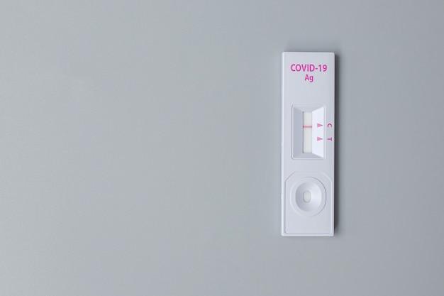 Zestaw szybkiego testu antygenowego z wynikiem ujemnym podczas wymazowego testu na covid-19. koronawirusa własny test nosowy lub domowy, koncepcja blokady i izolacji domowej