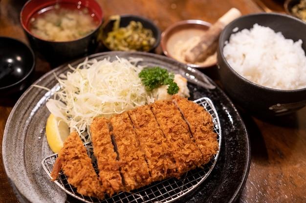 Zestaw tonkatsu, głęboko smażona wieprzowina, tradycyjne japońskie jedzenie